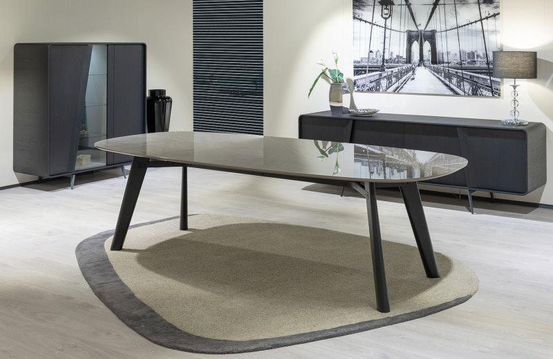 Tavolo con piano effetto marmo e gambe in legno scuro - Adelchi