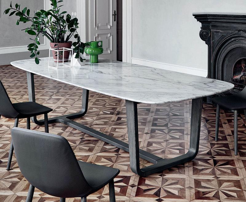 Tavolo da pranzo con piano in marmo lucido Calacatta e base in legno massello frassino spazzolato grigio - Medley